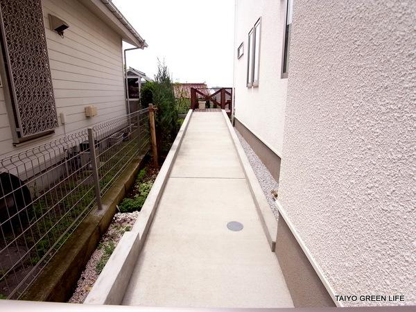 前庭から裏庭へ長いスロープのアプローチ