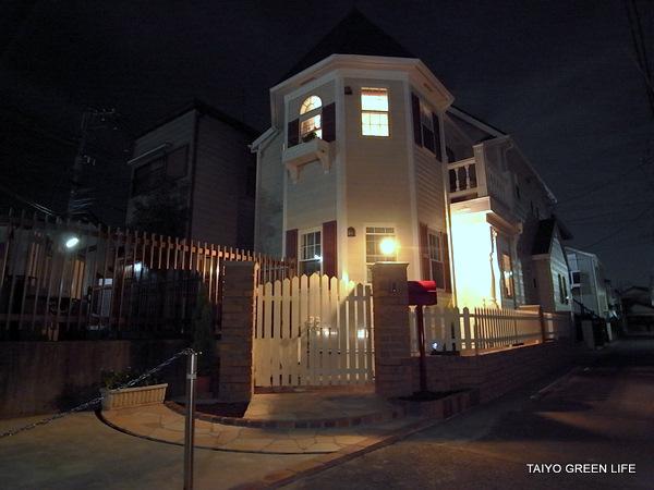 白いフェンスとレンガで洋館を演出 茅ヶ崎