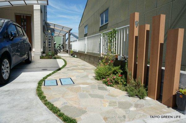 3台分の駐車スペースのある前庭 綾瀬市